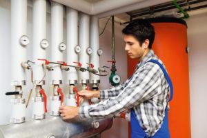 Junger Mann als Anlagenmechaniker / Stellenangebote
